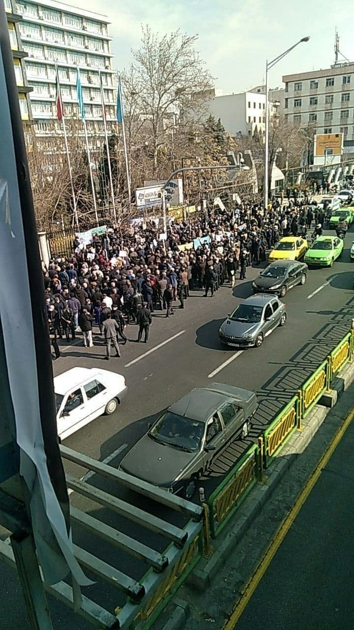 بازنشستگان سراسر کشور به خیابانها آمدند : تا حق خود نگیریم، از پا نمی نشینیم!