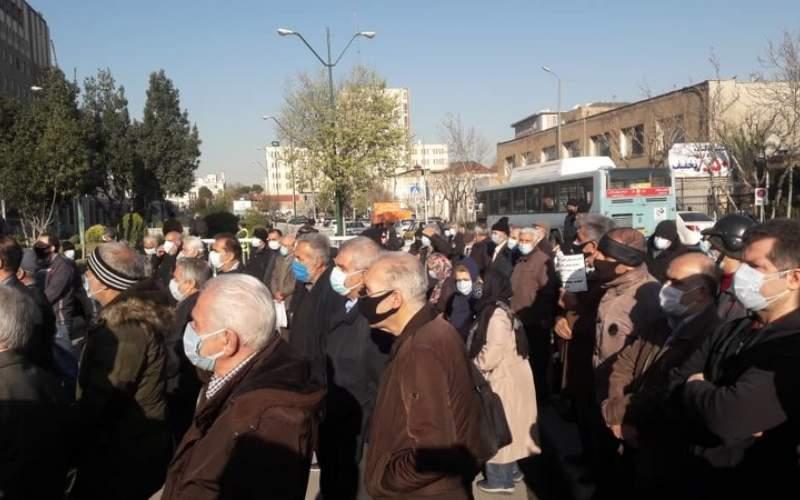 بازنشستگان در تهران و برخی از شهرستان ها دوباره به خیابان آمدند.