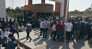 تجمع کارگران هفتتپه در مقابل استانداری خوزستان